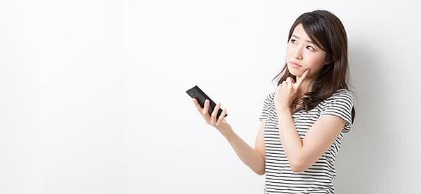 スマートフォンを持つ女性の画像