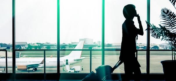 スーツケースを運ぶ女性の画像