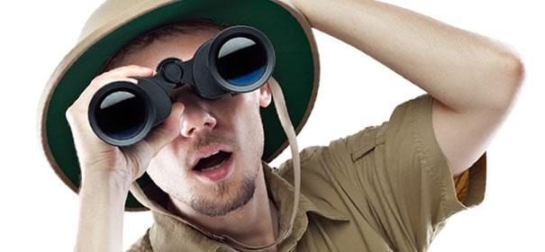 望遠鏡を手に持つ男性の画像