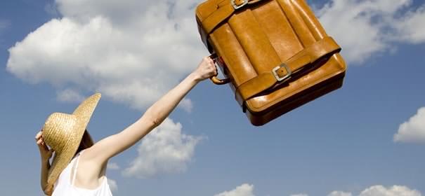 旅行バックを持つ女性の画像