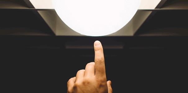 一点を指す指