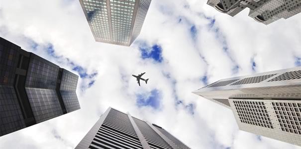 飛行機とビル群