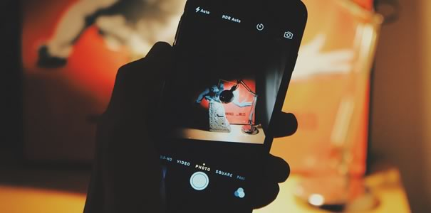 スマートフォンを手に持つ画像