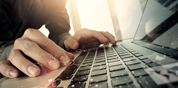 MacBookを操作する手
