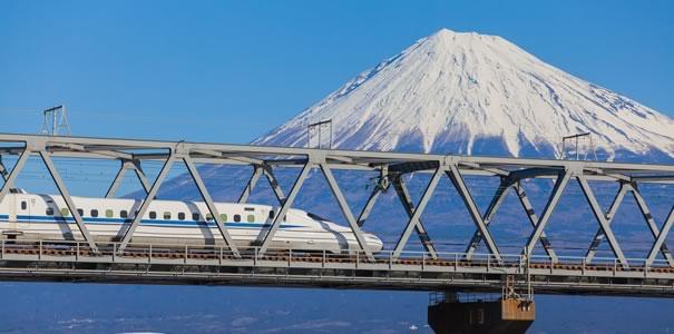 富士山の目の前を走る新幹線